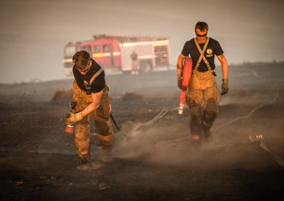 firefighter drag hoses on saddleworth moor 2018